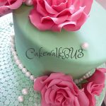 Pink roses on a turquiose green wedding cake